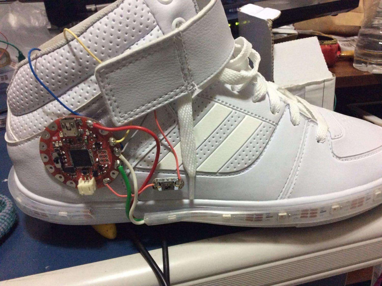 Tênis Shine Sneakers com todos os itens fixados
